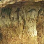 De Drie Gratiën. Angles-sur-Anglin. Het abri bij de Roc-aux-Sorciers, Angles-sur-l'Anglin bij Vienne in Frankrijk. 15.000 v. Chr. Ooit waren er vier vulva's in de rots gekrast. Zij zijn omringd door dieren.