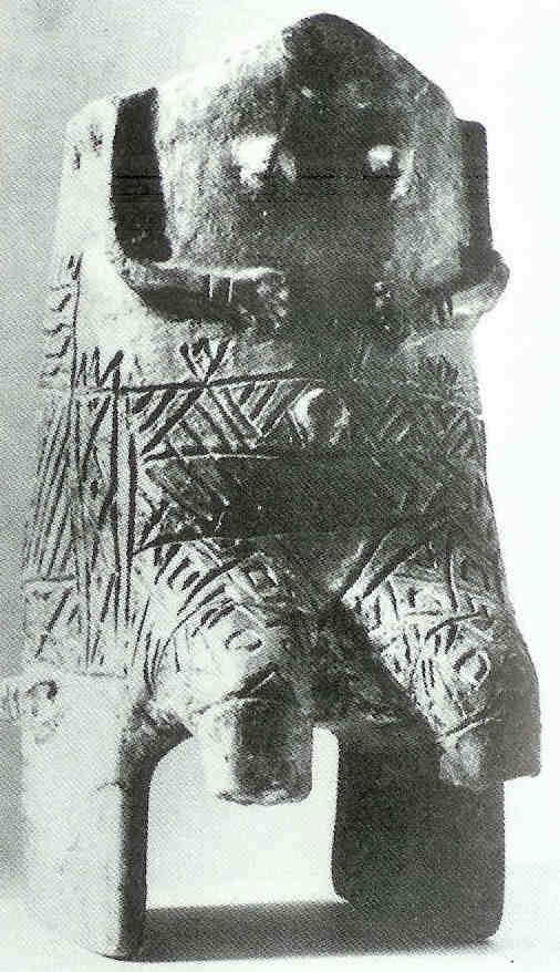 Tronende godin. Tisza-cultuur in Zuidoost-Hongarije, 5000 v. Chr.  Container voor offers. Catalogus spreekt van 'pot in vorm van vrouwelijk figuur', zittend, armbanden. borst, navel en schaamdriehoek.