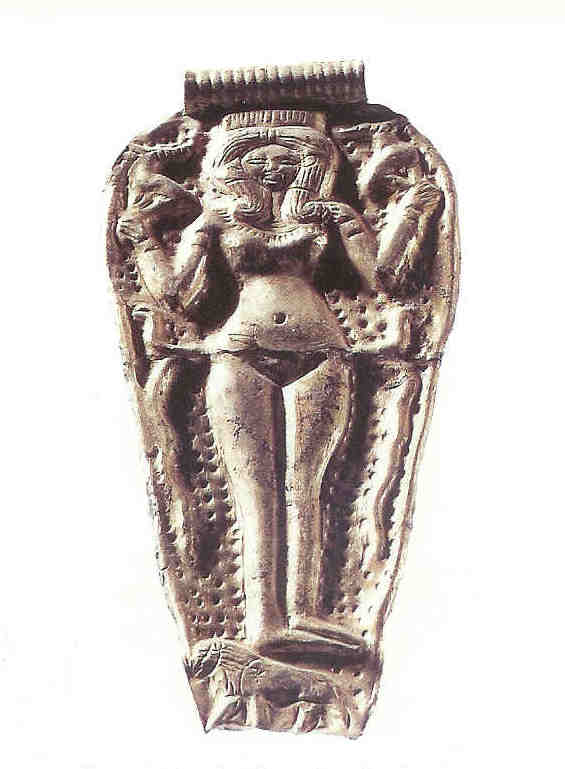 Astarte met duidelijk aangegeven vulva. Zij houdt twee slangen in beide handen. Zij staat op een leeuwin. 15e eeuw v. Chr. Gouden hanger, van Venus tot Madonna, 282.