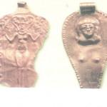 Asjera en Astarte, naakt met Hathorkapsel. Er groeit een takje of heilige boom uit hun onderbuik. Gouden hangera/amuletten uit Minet el-Beida.e 14e-13e eeuw. Oegarit in Kanaän.  Negbi cat. nr 454