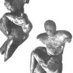 Vrouwe spelend met kind. Origineel, laag VI huis Q3.  Is het liefdesspel of kindespel? Zie van Venus tot Madonna, 124. Mellaart stelt: 'jonge vrouw gekleed in luipaardhuid spelend met haar zoon' (124).