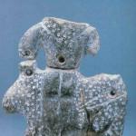 Godin met luipaard. Hoogte 11,8 cm. Breedte 11 cm. Blauwe kalksteen uit Catal Hüyük laag VIA uit heiligdom 10. Tussen 6000 en 5500 v. Chr., Museum voor Anatolische Beschavingen in Ankara. Het beeld hoort in een groep van drie, zie volgende beeld.