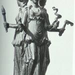 Hekate te Drieën. Van Venus tot Madonna, 331-332. Vaak is zij als doodsgodin gewapend met een dolk en slangen!