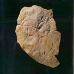Drie diep uitgesneden peervormige vulva's. Uit abri Blanchard in Le Blanchard. Op rotsblok van 65 cm. 28.000-26.000 v. Chr. Thans in Musée des Antiquités Nationales, Saint-Germain-en-Laye.