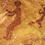 Een Vrouwe Danst. Zij hoort tot negride 'rondschedelmensen'. Zij danst en zwaait met een voorwerp. Schildering uit Tan Zoumaitak in bergmassief Tassili n 'Ajjer. 6000 v. Chr. Dit is een der oudste kunstuitingen in de Sahara.