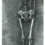 Oude vrouw van 50 jaar oud rustend op een het gewei van een edelhert. Mesolithicum. 5000 v. Chr. Vedbaek bij Kopenhagen.