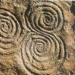 Drievoudige spiraal bij graf op versierde monoliet in graf van New Grange.