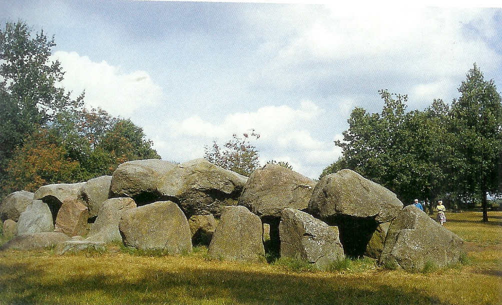 Megaliet van Rolde in Drente, smalle gang draagt in de volksmond de naam 's Duyvels Kut, van Venus tot Madonna, 39, 80.