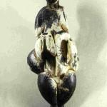 Venus van Lespugue. Voorkant. Uit de grot van Rideau, Haute-Garonne, Frankrijk. 14,7 cm. Zwarte mammoettand. Thans in Musée des Antiquités Nationales, Saint-Germain-en-Laye.