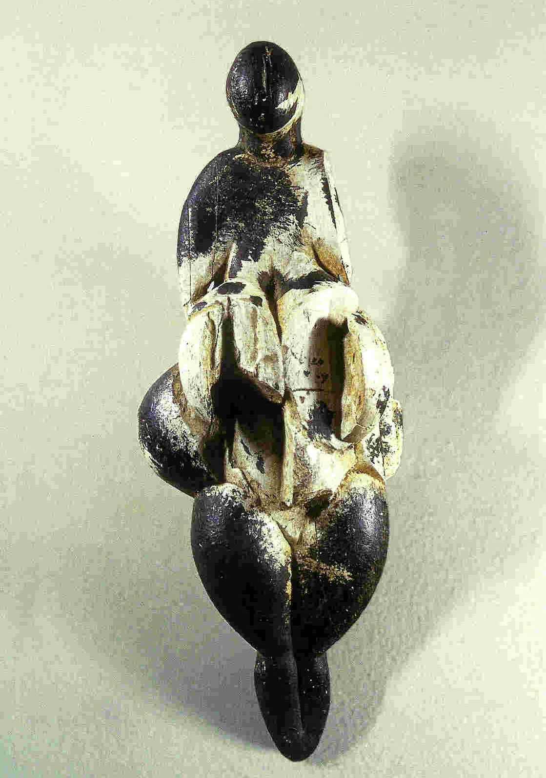Venus van Lespugue. Voorkant. Uit de grot van Rideau, Haute-Garonne, Frankrijk. 14,7 cm. Zwarte mammoettand. Thans in Musée des Antiquités Nationales, Saint-Germain-en-Laye.