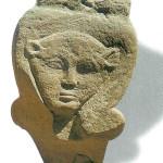 Hathorhoofd. Koeienoren en omega-kapsel. Van een zuil gevallen kapiteel van Hathor-tempel in Dendera.