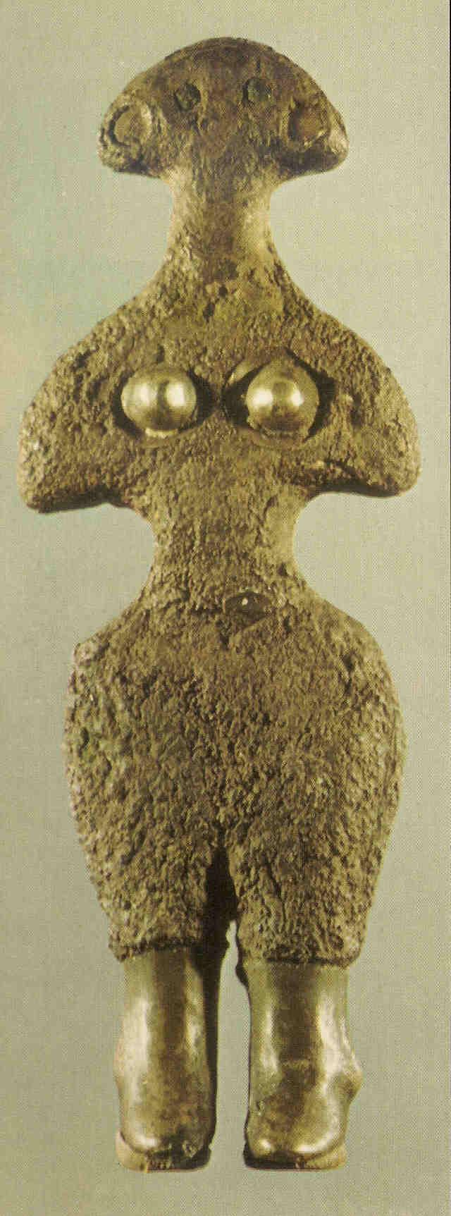 Godin der Hattiërs. Hattiërs zijn de voorgangers van de Hettieten in Turkije. Zij houdt haar vergulde borsten vast, blauwe ogen. Zij draagt laarzen. 2500 v Chr.