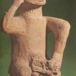 Viriele en ithyfallische figuur god in jeugdfase. Dimini-cultuur rond 4500 v Chr. Vroege bronstijd. Thessalië in Griekenland. Catalogus spreekt van 'idol' van ithyfallische god in jeugdfase. Kleur, van Venus tot Madonna, 157.