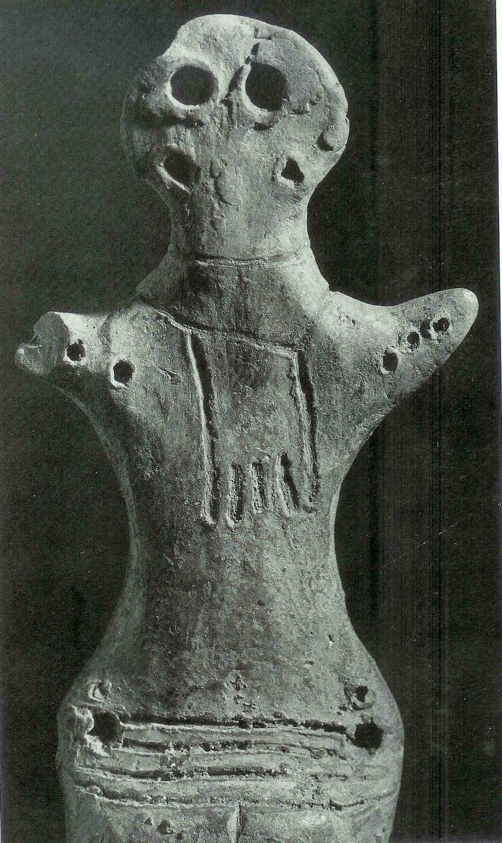 Hetzelfde 'Idool' van Cucuteni. Oekraïne ten noorden van Roemenië. 4000 v. Chr. nu in zwart/wit.