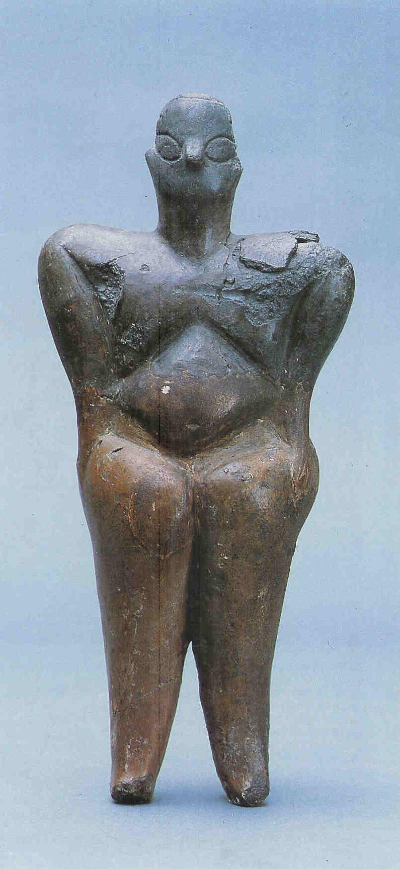 Godin. 24 cm, breedte bij schouders 10.5 cm. Aardewerk. Uit Hacilar laag VI huis Q5. 5500 v. Chr. Catalogus Schatten uit Turkije,  spreekt van 'beeld van een godin', 48.