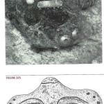 Gezichtsmasker van priesteres uit Varna. Klei met gouden gezichtsplaten. Grafveld te Varna. Karanovo-cultuur 4600-4200 v. Chr. Er zijn in dit graf 'vrouwelijke idolen' of doodsgodinnen én spinspoelen gevonden. Zie van Venus tot Madonna, 164, 165. In 1972 vindt men 281 graven; in 1976 vindt men er nog eens 81 vol met kostbare grafgiften en gezichtsmaskers van  priesteressen.