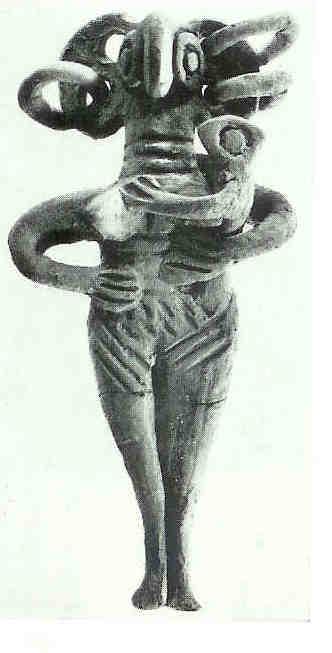 Moeder met kind. In de catalogus omschreven als ;'terracotta figurine'. 14 cm. Laat Cypriotisch II. Vindplaats onbekend. Thans in Cyprus museum te Nicosia.
