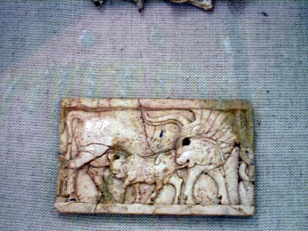 Moederkoe en Stierkalf. Arslan Tash, Nimrud, Fenicië. 8e eeuw v. Chr. Pergamonmuseum Berlijn.