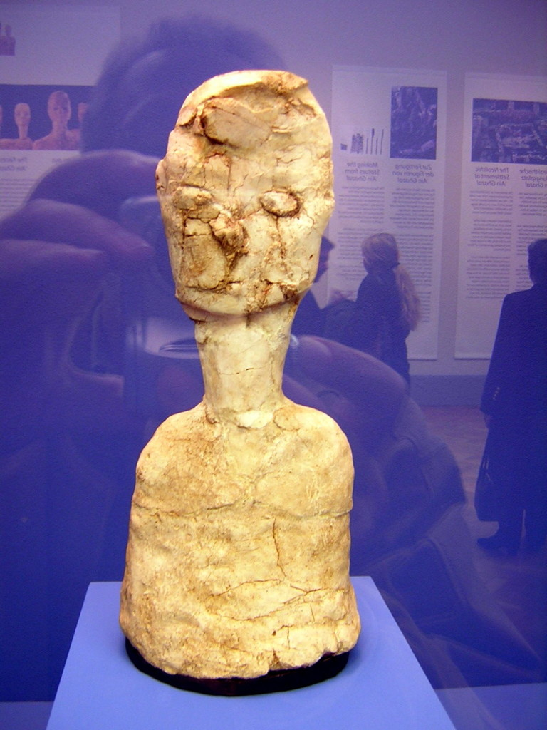 Uriah, 32.4 cm. Men ziet het haar en de zwart omrande ogen. 7500-5500 v. Chr. Thans in het Nationaal Archeologisch Museum te Amman.