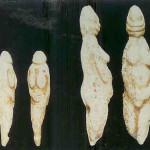 'Vrouwenfiguren'. Twee uit been gesneden vrouwenfiguren uit Lecce in Italië. 25.000-22.000 v. Chr.