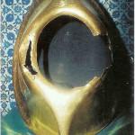 De oude gouden lijst van 'de zwarte steen van de Kaäba te Mekka. 'Reliekenzaal', Topkapi Sarayi Muzesi in Istanboel.  in een gouden huls. De zwarte steen heeft een diameter van 30-40 cm en is momenteel omgeven in de Kaäba te Mekka door dikke strook zilver. Inmiddels is de hoekige steen afgesleten door de vele kussen.