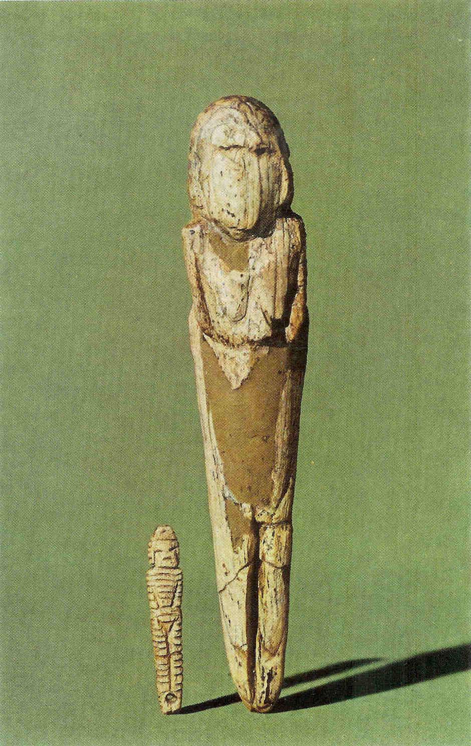 Vrouwelijke 'Statuetten' uit Mal'ta. Van mammoettand. Het grootste rechterbeeldje meet 13.6 cm. en het kleinste linkerbeeldje 4.1 cm. 20.000 v. Chr. Tussen 1929 en 1930 gevonden door M.M. Gerasimov in de buurt van Irkoutsk. Thans in het Hermitage Museum in St. Petersburg.