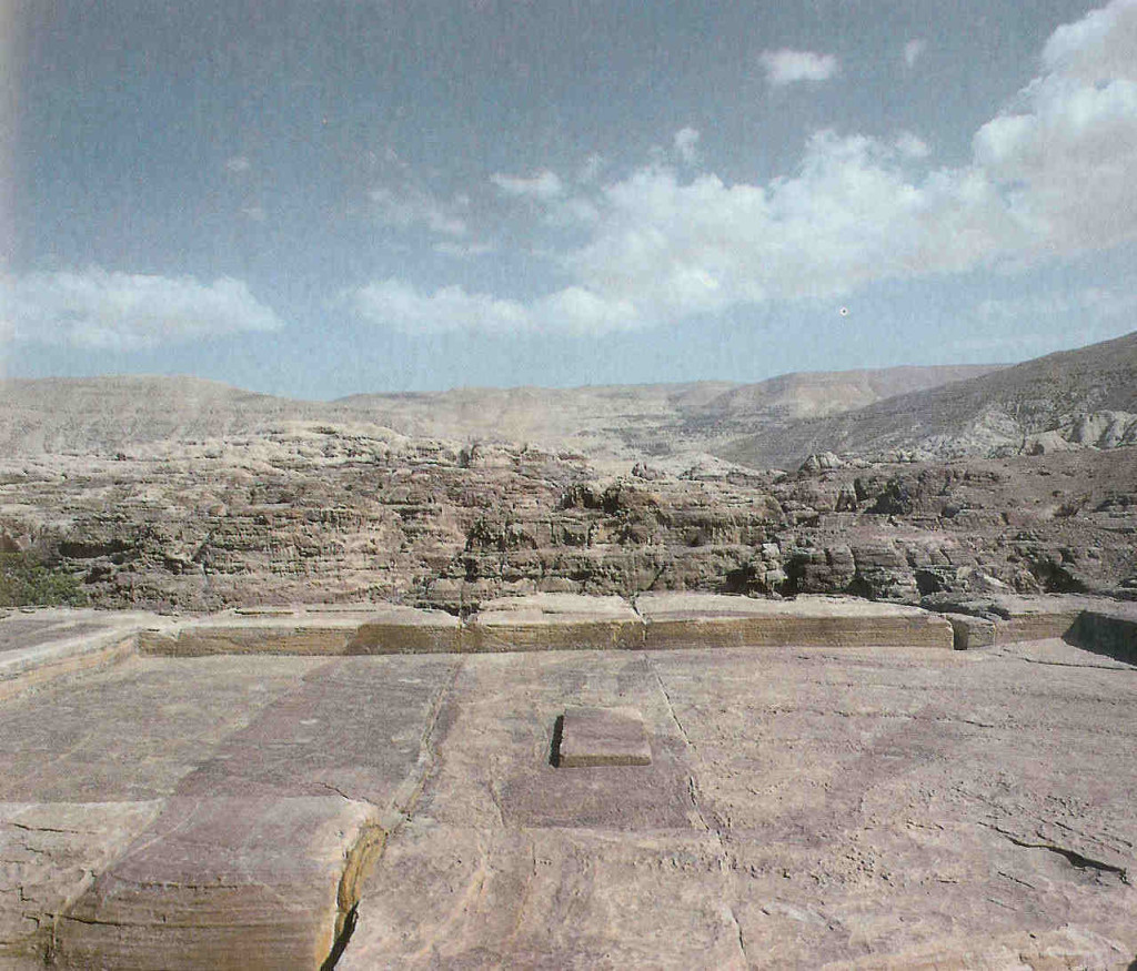 Hoogten bij Petra. Hoogte of verheven offerplaats op Al-Madbah of Zibb Atuf of Attouf Ridge, bij Petra in Jordanië. Een van de talloze hoge offerplaatsen in Petra. Men noemt deze bijzondere plek 'dé Hoge Plaats' of Al-Madbah. Hij ligt met een half uur klimmen vanuit de vallei op 1000 m. De plaats is rechthoekig en iets verzonken in de rots. Er zijn waterbassins voor rituele wassingen en holtes voor het opvangen van offerbloed. Twee altaren steken omhoog, een ronde en een vierkante. In het vierkante werd een zwarte steen geplaatst.   Het bestijgen van de heuvel of de berg om de hoogten te bereiken, lijkt in oud-Israël een favoriete bezigheid te zijn geweest. De bijbelschrijvers spreken met afkeuring over wat op die hoogten 'onder elke groene' boom gebeurt…. Het heeft met het heilig huwelijk te maken, iets dat later als ordinaire prostitutie gezien wordt. Er worden rituele momenten in de jaarcyclus gevierd. Op de hoogten offert de gemeenschap, men eet er  gezamenlijk. En men bezoekt de heilige stenen en graven van de hier begraven doden waarmee men een levendig contact onderhoudt.