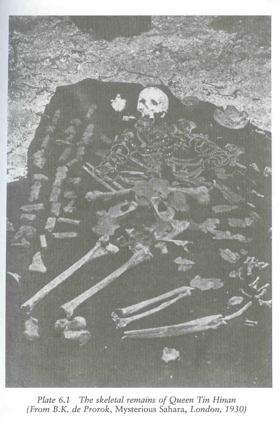 Graf van Tin Hinan met godin naast hoofd.