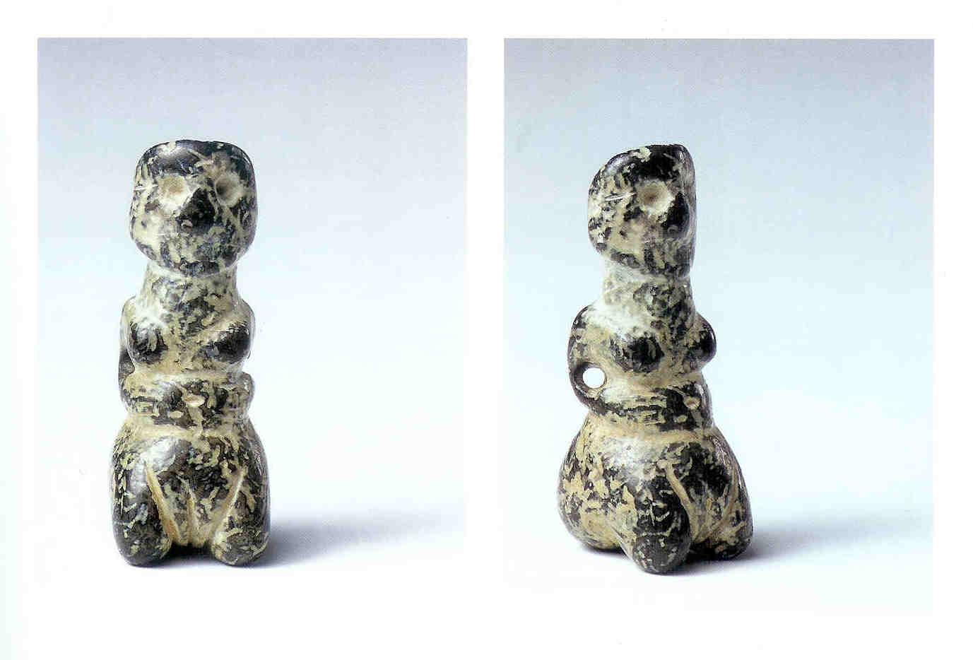 Hurkende vrouwelijke figurine. Cyprus. 5 cm 3900-2500 v. Chr.  Het beeldje voert ons naar lang vervlogen tijden op Cyprus uit 3900-2400 v. Chr. Je ziet een piepklein vrouwelijk 'figuurtje' van 5 cm op haar hurken of knieën licht achterover leunen. Ze houdt de handen op de gezwollen buik. Mogelijk is zij aan het bevallen. Het onderlichaam is vol. De vulva is duidelijk aangegeven in de vorm van een driehoek met schaamspleet. Ze heeft gaten bij de ellebogen alsof ze ergens aangehangen is. Op een forse nek draagt ze een groot hoofd waarin de ogen benadrukt worden. De achterkant van het beeld toont dat ze het haar in een staart draagt. De groep beeldjes waar dit beeldje deel van uitmaakt toont een lichte staetopgyie, dus een uitvergroot achterwerk. Er zijn andere beeldjes die dezelfde stompvormige beentjes tonen. Ze hebben een dubbele symbolische betekenis. Brede vrouwelijke heupen tonen daartussen de top van een penis. Het gaat hier om man-vrouwelijke vruchtbaarheid. Met dank aan de hulp en steun van Stella Lubsen-Admiraal, Ancient Cypriote Art. The Thanos N. Zintilis Collection. Museum of Cycladic Art. Athene, 2004, 23.
