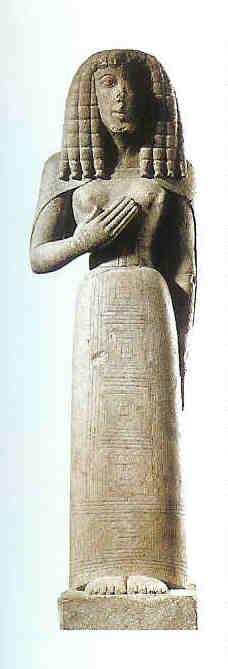'Dame de Auxerre'. De Vrouwe van Auxerre. Godin toont borst. 7e eeuw v. Chr. Halfgroot beeld met Egyptische invloed vanuit Kreta naar Frankrijk gekomen.