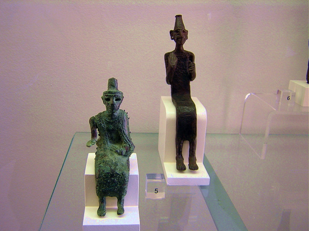 Bronzen Asjera- en Baäl beeldjes. Met duidelijke hoofdtooi. Pergamonmuseum te Berlijn.