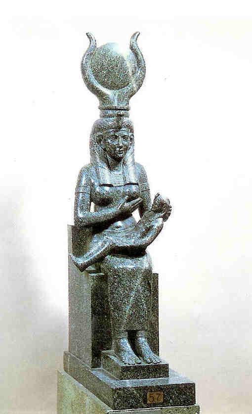 Isis zoogt Horus. Zij toont blote borst. Egyptisch Museum te Berlijn.