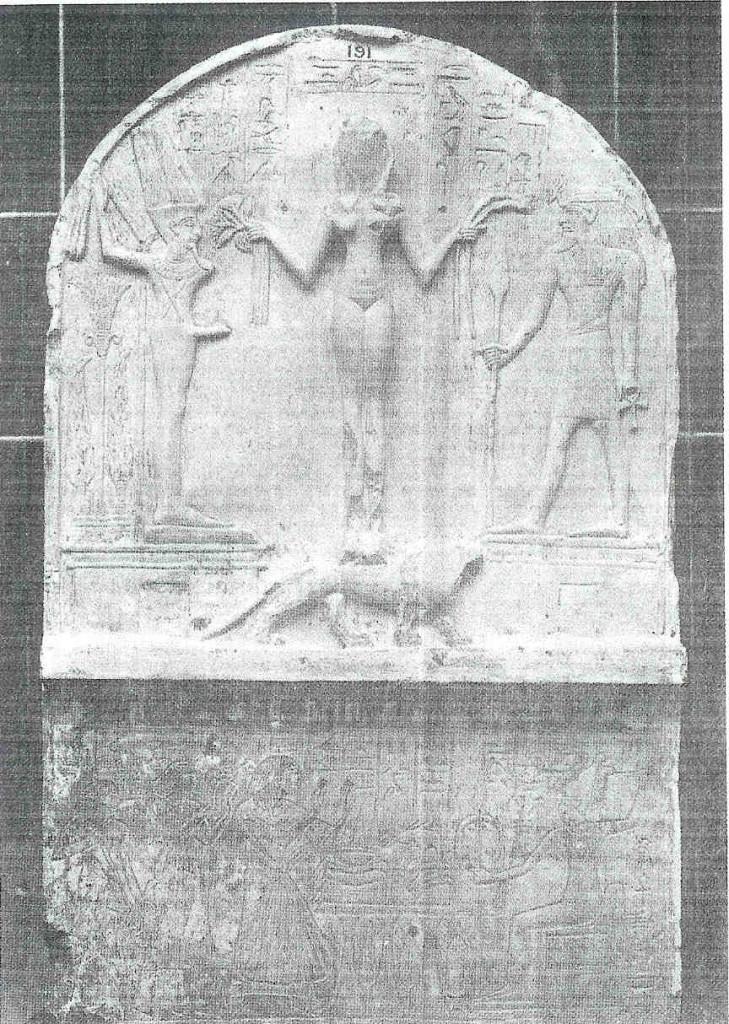 Kanaänitische godin Qadesh staand op leeuw. Met de goden Min en Resjef aan weerskanten. Onder haar is de strijdende Anat afgebeeld. kalkstenen stèle of zuil. 1500 v. Chr.