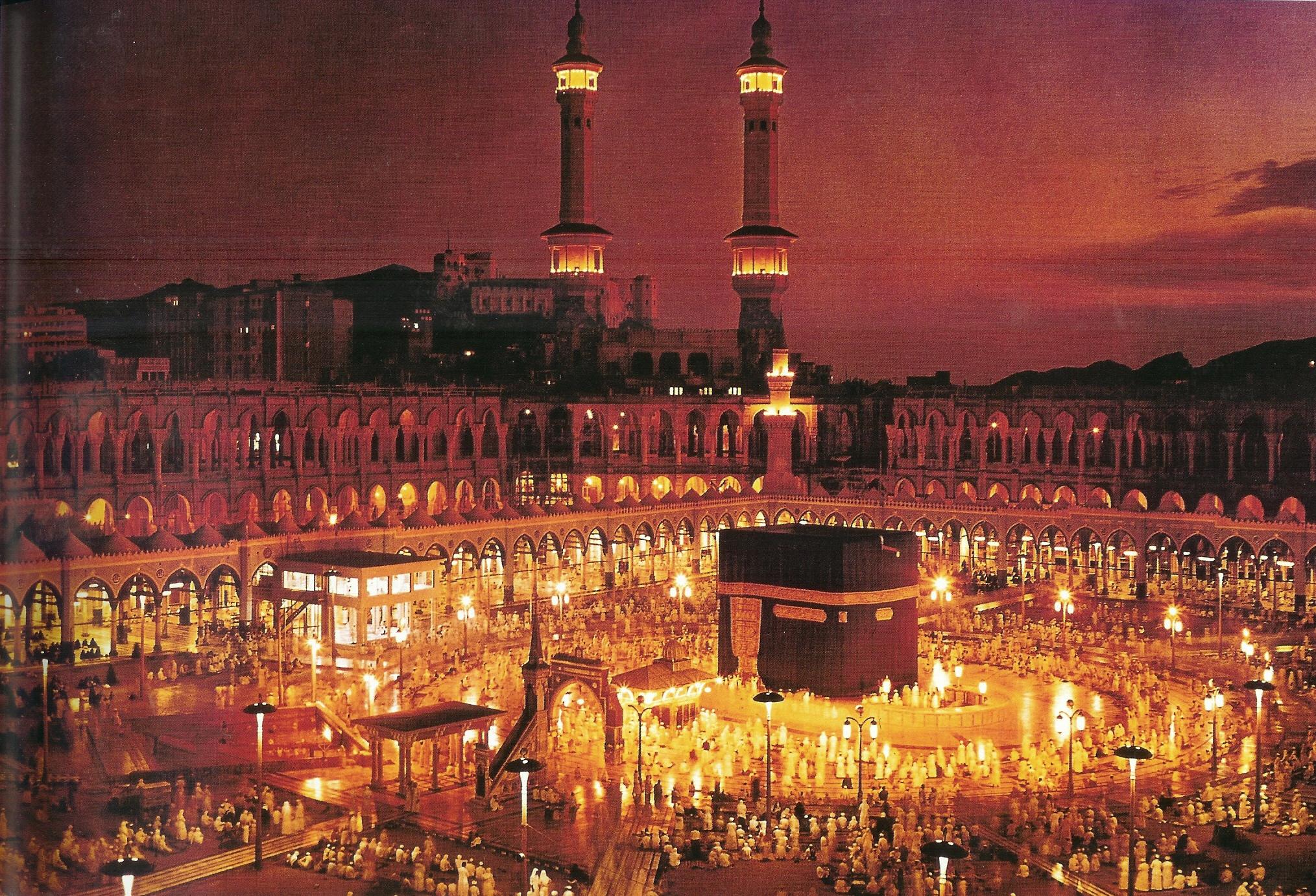 De Kaäba te Mekka bij nacht.